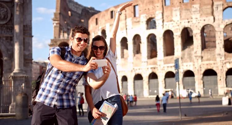 В Риме одинокие туристки могут взять в аренду парня для селфи