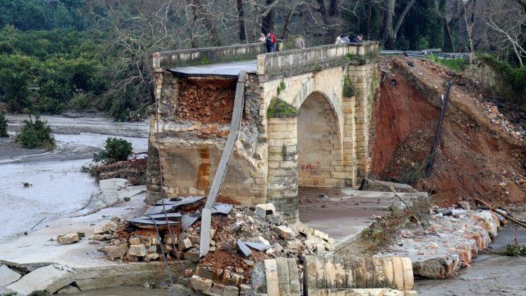 Дожди и шторм на Крите уничтожили дороги и мосты на 100 млн евро