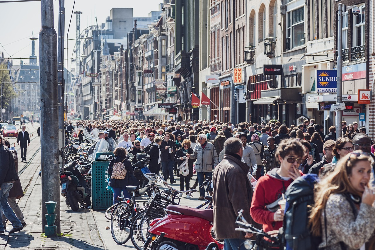 Европа ищет все новые способы, как избавиться от толп туристов. На очереди удорожание авиабилетов