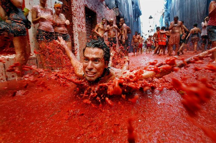 В Испании уже подготовили 60 000 тонн томатов для масштабной битвы, Туристам Коломны, фестиваль стоит ли ехать Мадрид Испания