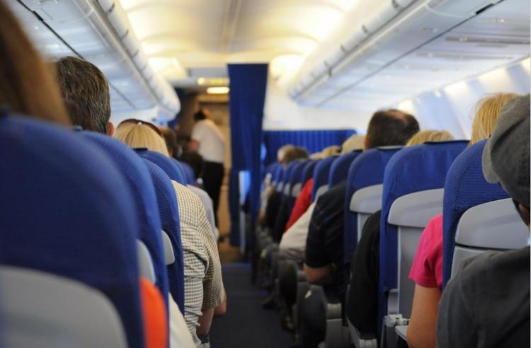 Война за подлокотники кресел в самолете: кому достанутся оба?