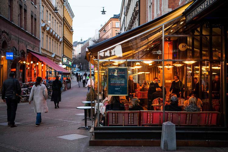 Почему Швеция так и не ввела жесткий карантин из-за коронавируса, и что из этого вышло