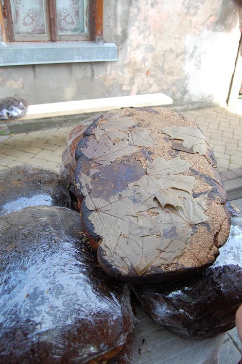 Хлеб в кленовых листьях