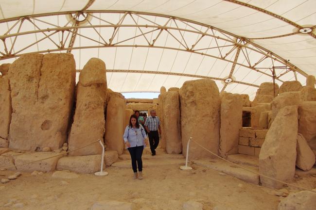 Гид с экскурсией в храме Хаджар-Ким
