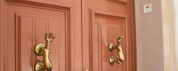Мальтийские двери с молоточками