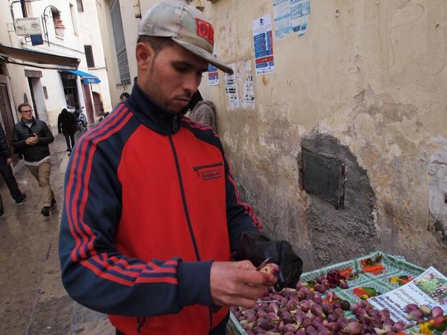 Продавец плодов кактуса