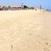 широкий пляж с нежным песочком