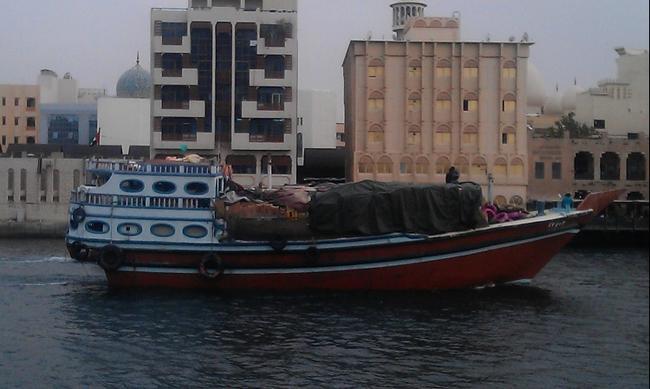 Дубай. Арабская лодка - дау в бухте Крик. Апрель 2016.