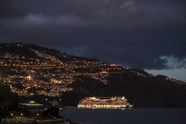 Такие красавцы ежедневно заходят в порт. Вид из номера отеля