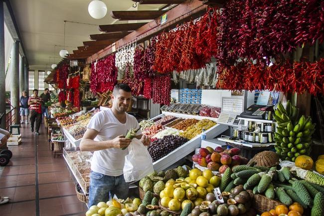 А это тот самый Марадона, из Фуншала, и его экзотическое великолепие  фруктов