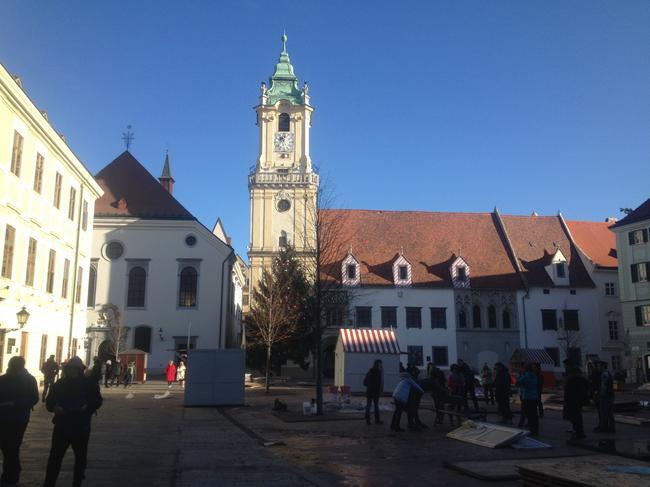 Главная площадь Братиславы, елку и украшения уже разбирают