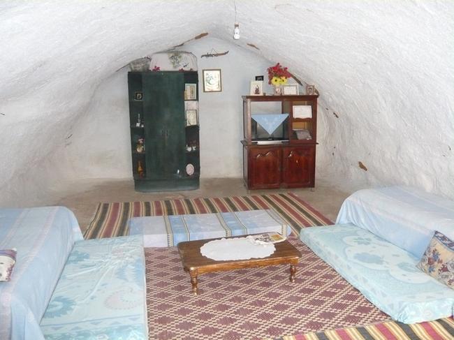 Одна из пещерных комнат жилища в Матмате