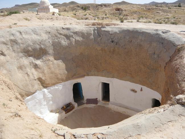 Вид сверху на внутреннюю часть пещерного дома в Матмате