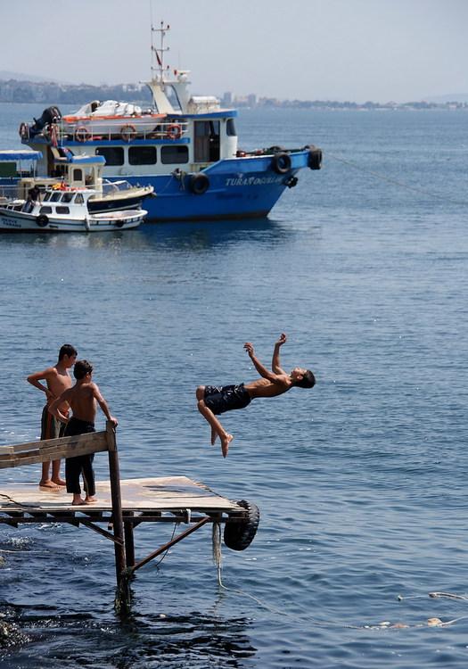 Мальчишки на набережной Kumkapi