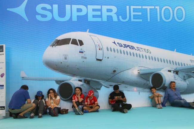 На входе в авиасалон всех встречал Суперджет