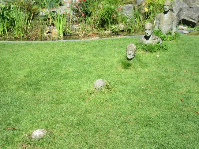 Группа скульптур, уходящих в толщу земли