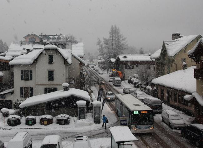 А снег идёт, а снег идёт....да не идёт он, а валит!