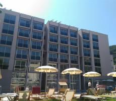 Вид на отель с территории бассейна
