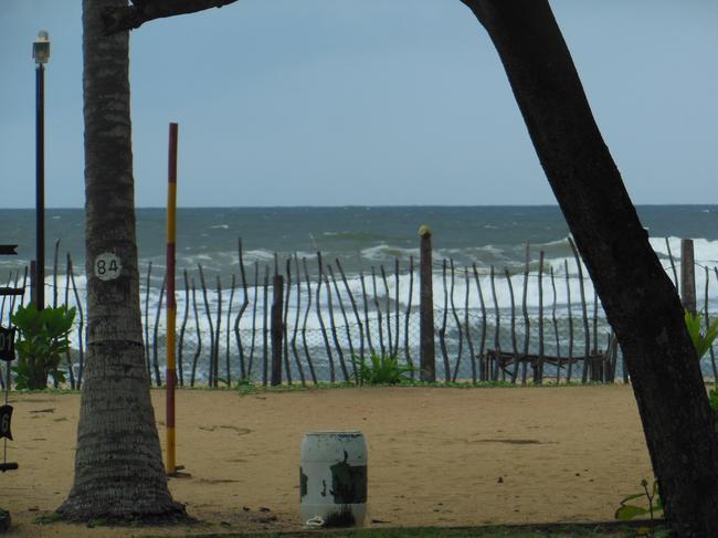 забор перед пляжем и океан