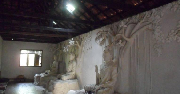 Храм на скале на пляже Бентота