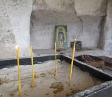 Место в скале - кровать святого Димитрия Басарбовского