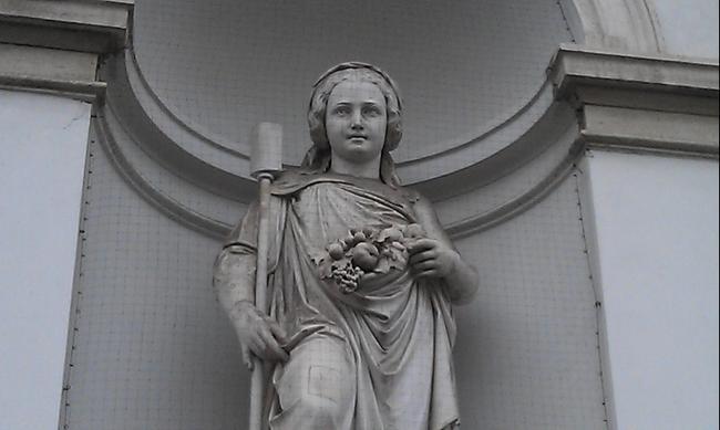 Вена. Скульптура на фасаде Галереи Альбертина.