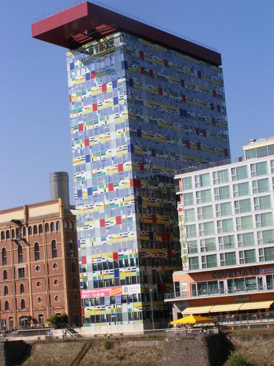 Здание с козырьком в Медиахафен