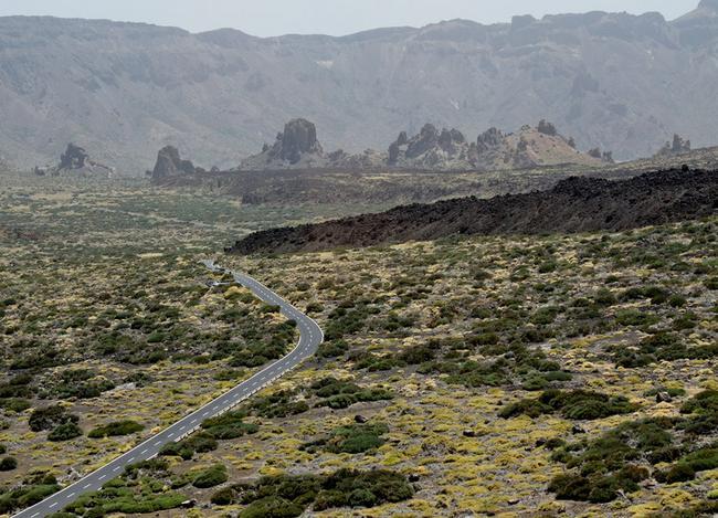 Язык лавы тянется к дороге