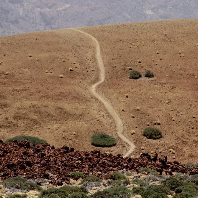 Тропинка в большом кратере