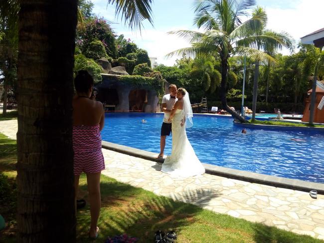 А свадьба пела и ныряла в бассейн