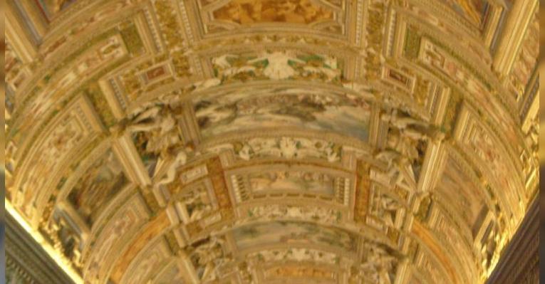 потолок галереи географических карт