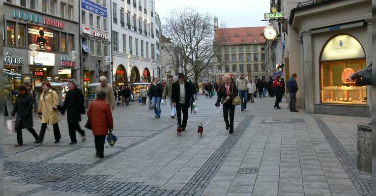 Немцы гуляют с собачками
