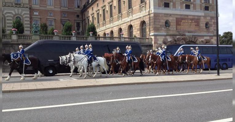 Конный кортеж возле дворца