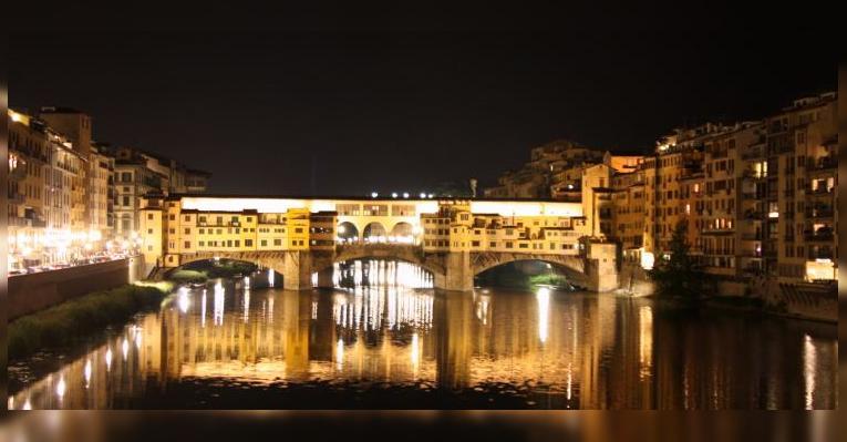 Вид в темноте с соседнего моста