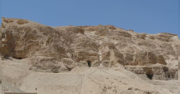 гробницы внутри скалы