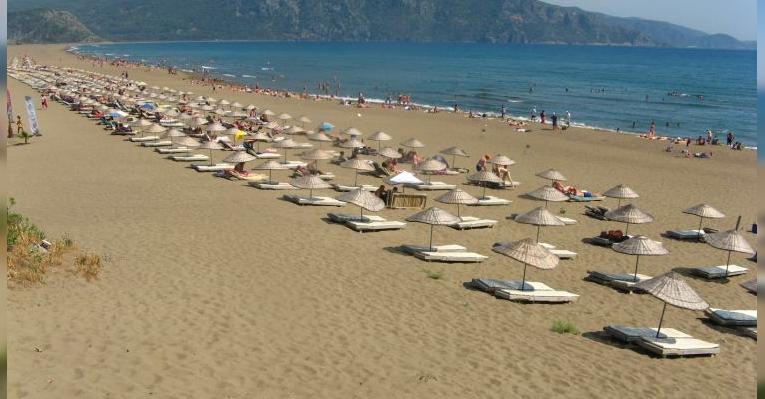 Пляж Изтузу с платными лежаками