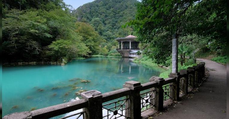 Водопад и озеро Псырцха. Абхазия