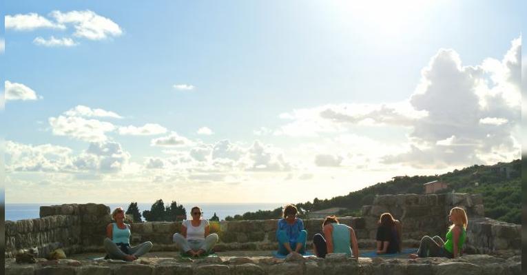 Уроки йоги на стенах Старого Бара
