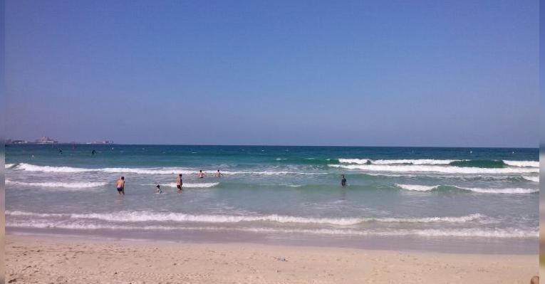 Вид на Атлантис с пляжа Джумейра Бич (слева)