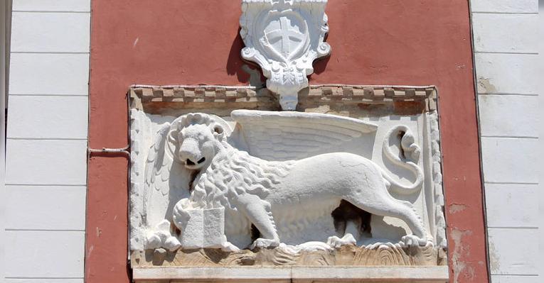 Изображение Венецианского льва Святого Марка на башне