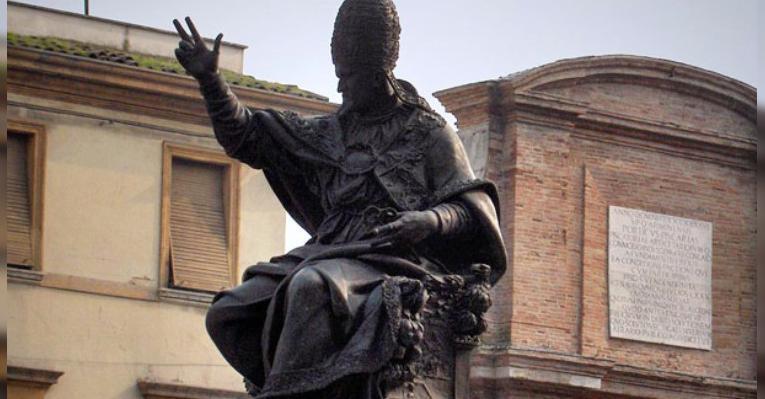 Памятник Папе Римскому Павлу V. Площадь Кавур. Римини. Италия