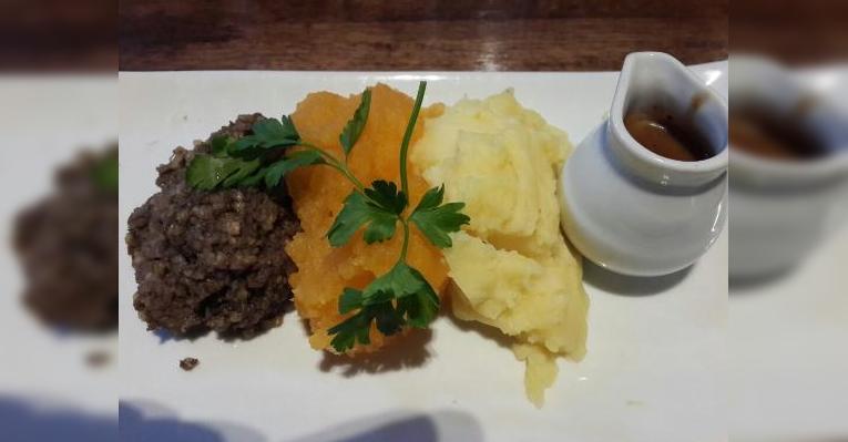 Картофельное и тыквенное пюре и что-то из фарша, с острым соусом.