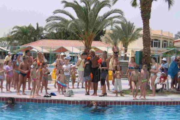 Спектакль у бассейна