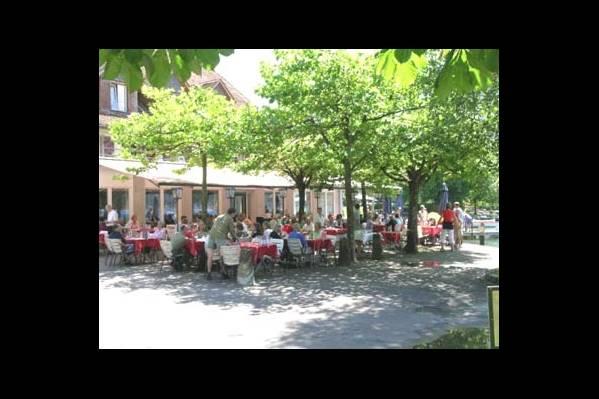 Ресторан в саду