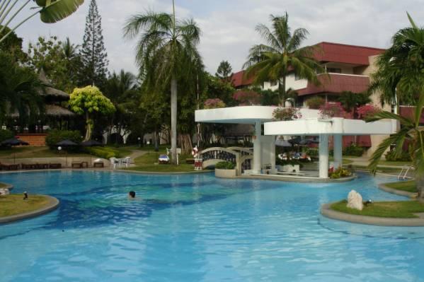 У бассейна отеля