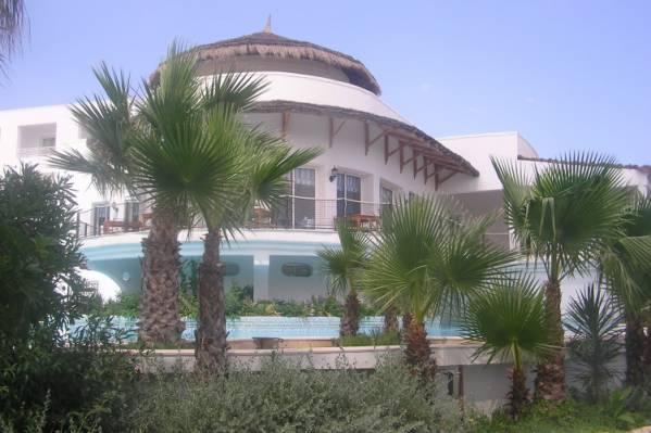 вид на итальянский ресторан Milanese и один из бассейнов