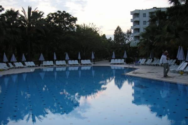 Вид отеля от бассейна