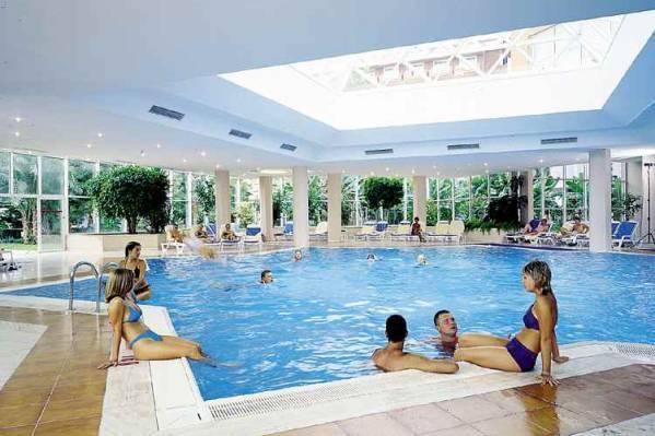 Закрытый бассейн отеля Hotels Santai