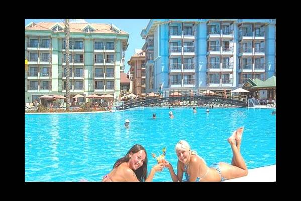 Здания отеля и бассейн