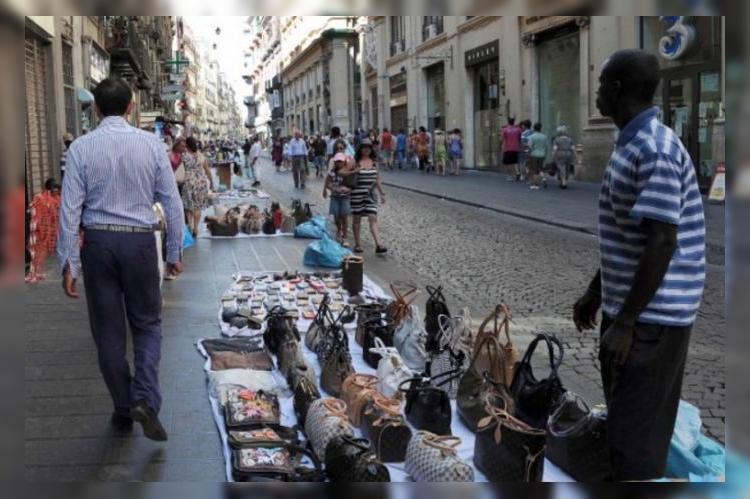 Во Флоренции туристов будут штрафовать за покупки на улице
